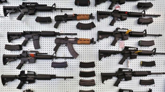 Витрина с оружием в одном из магазинов штата Колорадо, США